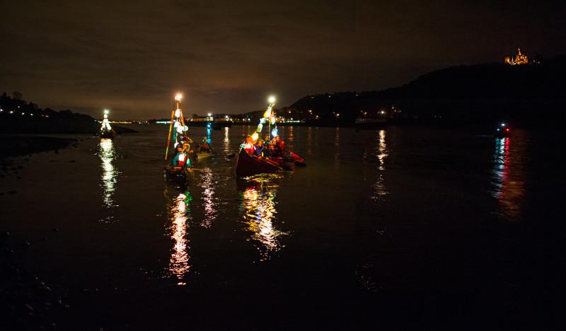 Beleuchtete Canadier bei der Laternchenfahrt